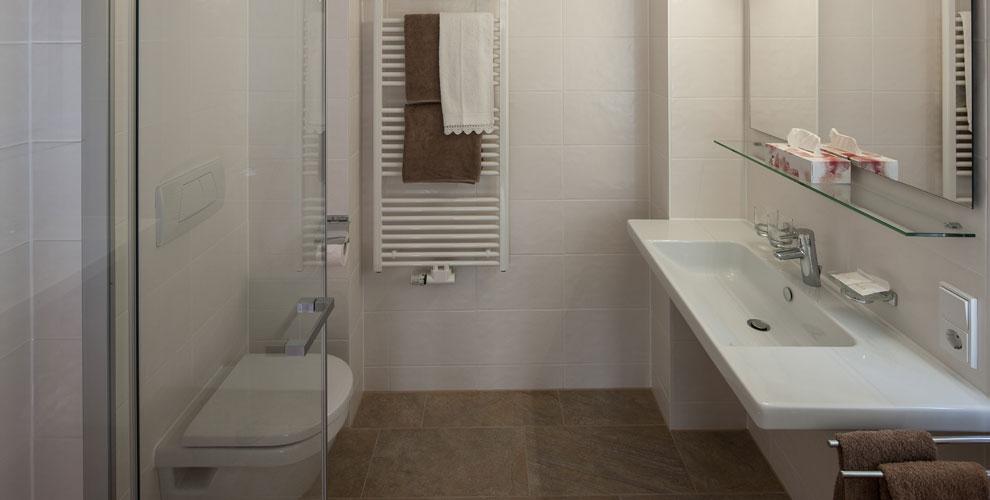 Doppelzimmer balkon g stehaus l sser mellau bregenzerwald for Dusche wc auf kleinstem raum